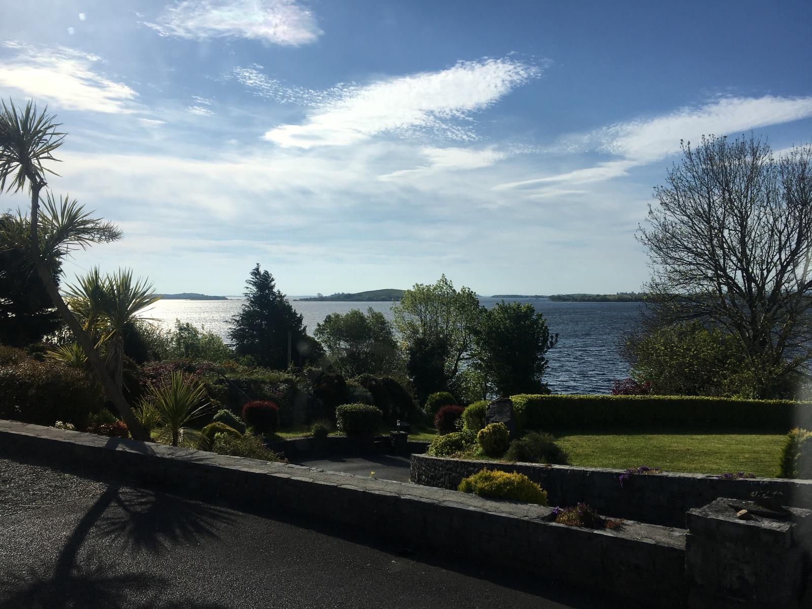 Kilátás a reggelizőből a Lough Corrib partjára
