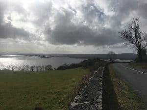 Az R345 út a Lough Corrib partján